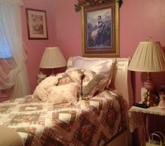 Quiet Beautiful Pink Bedroom with flat screen TV - Parma - Casa