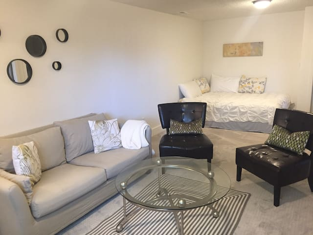 Cozy Basement w/Private Entrance [No Cleaning Fee]