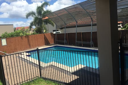 Modern house with swimming pool - Stretton - Huis