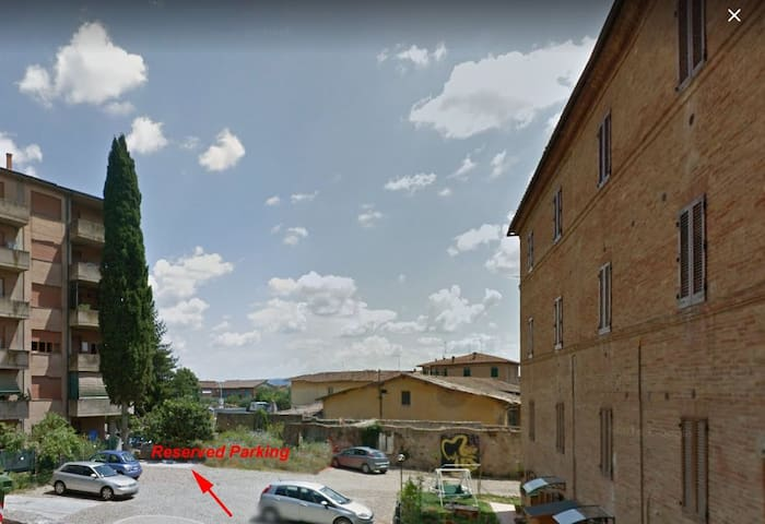 Piazzale privato - Private area with parking and dogs area