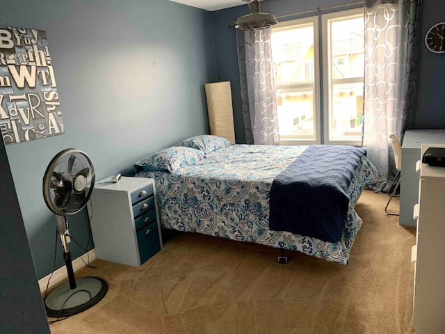 Quiet room w/workspace, second bedroom available