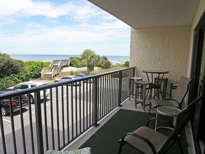 Oceanfront condo, direct access to beach and pool