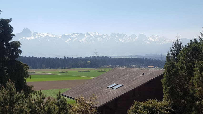 Zimmer an ruhiger Lage mit Blick in die Berge