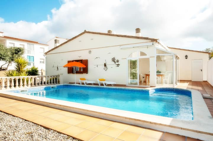 Patrick: house with garden and pool in Riells