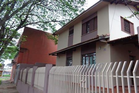 Sobrado espaçoso e bem localizado - Maringá - Casa