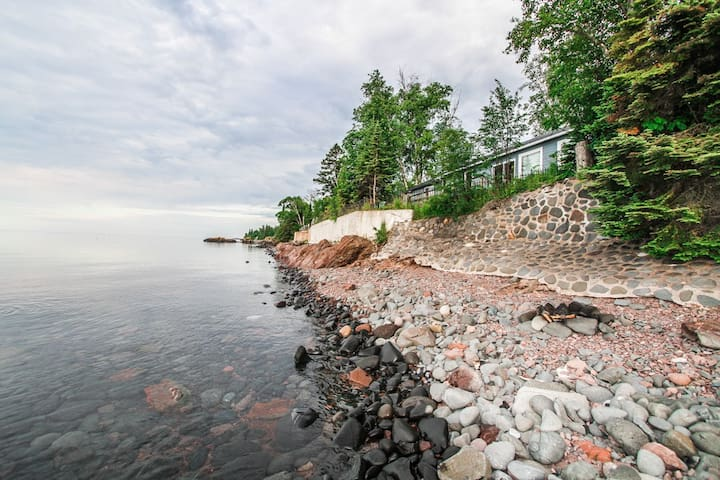 Opels Shoreside is a popular bright and sunny cabin located on Lake Superior