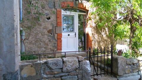 Logement type 2  avec petit jardin dans village