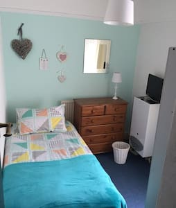 Private room sleeps 1, TV freeview, WFI and Intern - Birkenhead - Bed & Breakfast