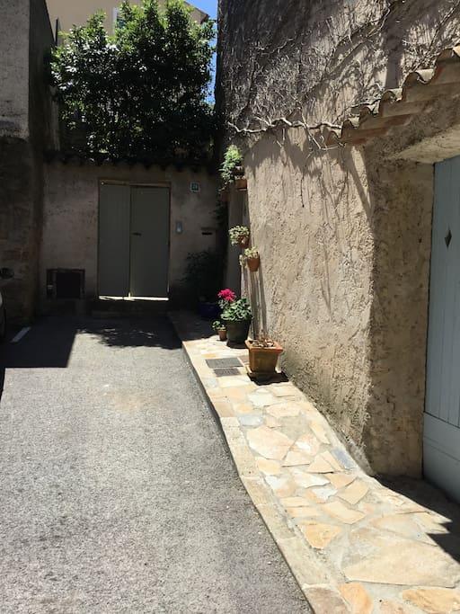 24 Rue Impasse du Noyer( green gate)