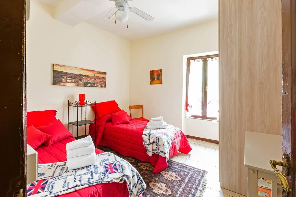 Camera da letto con 2 letti singoli o matrimoniali a richiesta