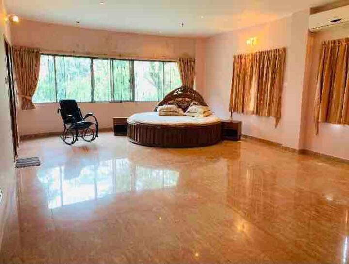 Spacious bedroom with en-suite bathroom & balcony