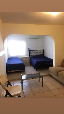 Amplio cuarto privado para 3