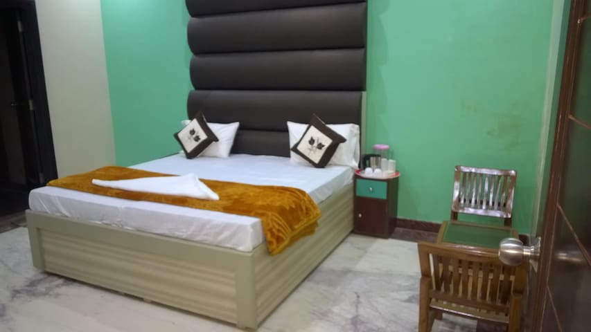 Luxory Mughal Room - Basai - Bed & Breakfast