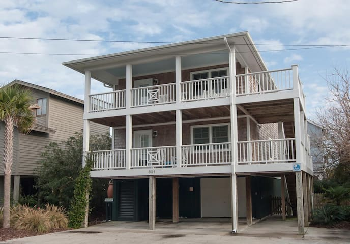 CN Waterway-Well designed and appealing home only 1 block from both the ocean & sound!