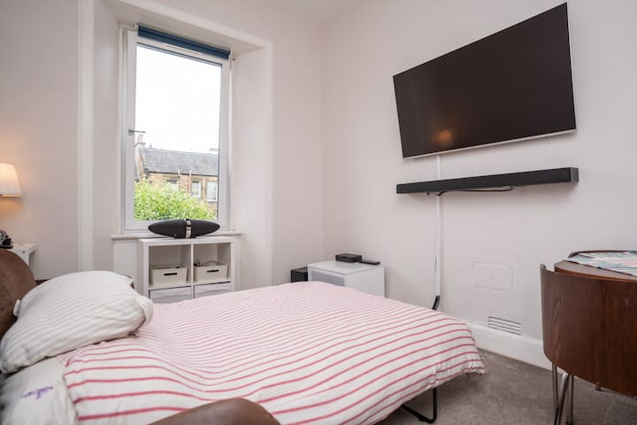 Lovely Top Floor - 1 Bed Flat - Free parking