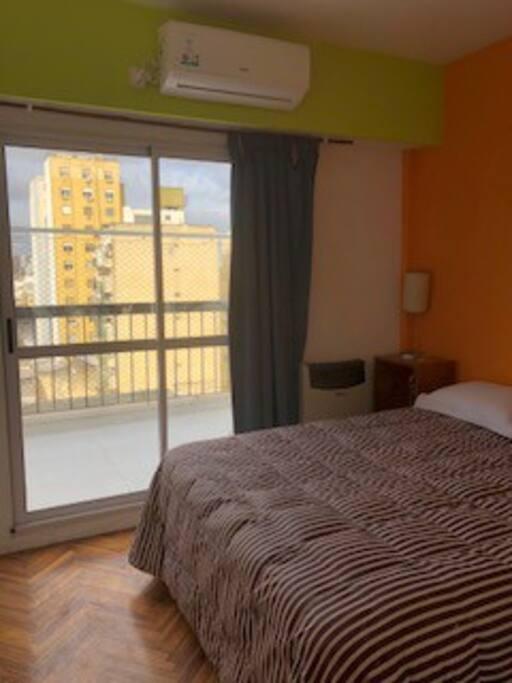 Dormitorio principal con cama de dos plazas y 2do. cuarto como escritorio/vestidor/tocador.