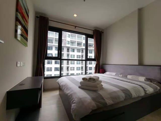 卧室 为您精心挑选清新素雅的床品。躺在床上就可以欣赏海景,不可多得的高层一居入住体验