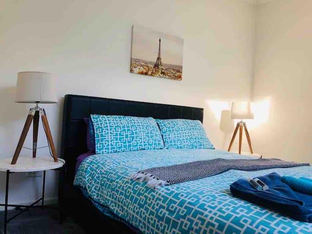2nd bedroom - Queen bed only