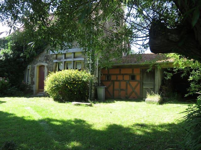 Maison en pierre pleine de charme à la campagne