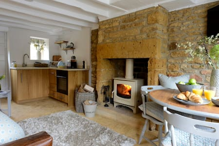 Middle Rose Cotswold Cottage *Wood-burning Stove*