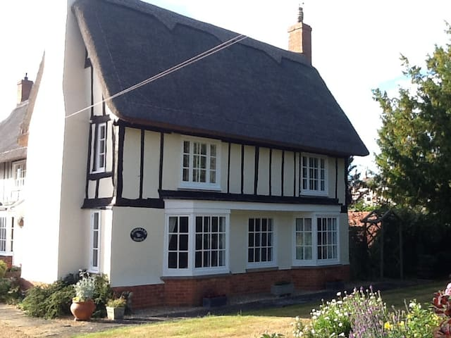 King sized bed in beautiful thatched house - Riseley - Casa