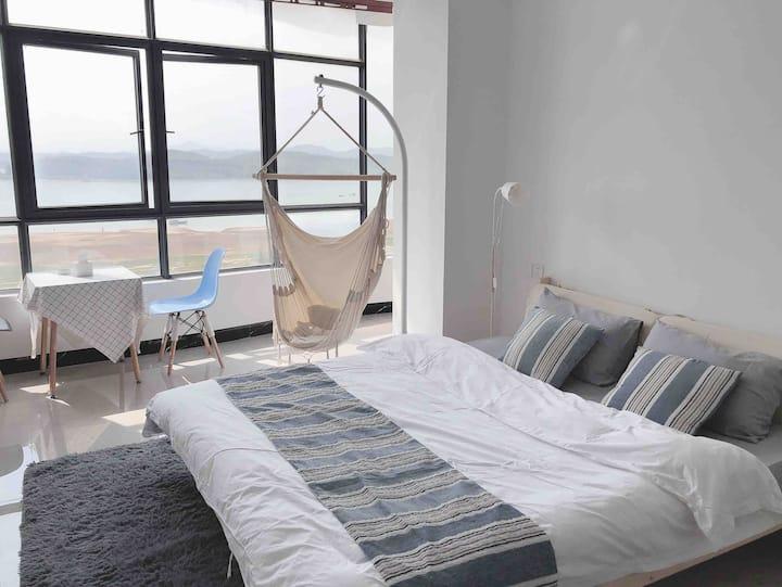 「忆宿」4号超大落地窗躺在床上看海景,走到对面是沙滩,可做饭、可洗衣服,了短租