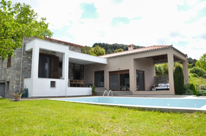 Peaceful villa, superb views & pool