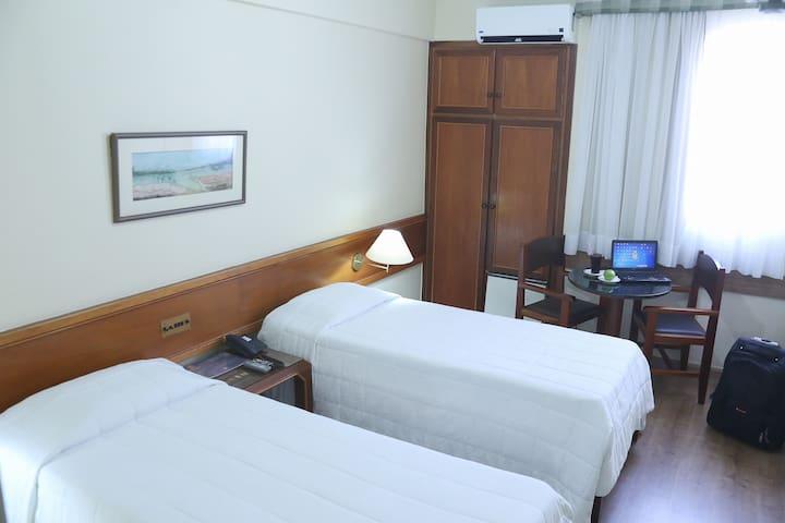 Quarto c/ camas solteiro, ótima localização Hotel