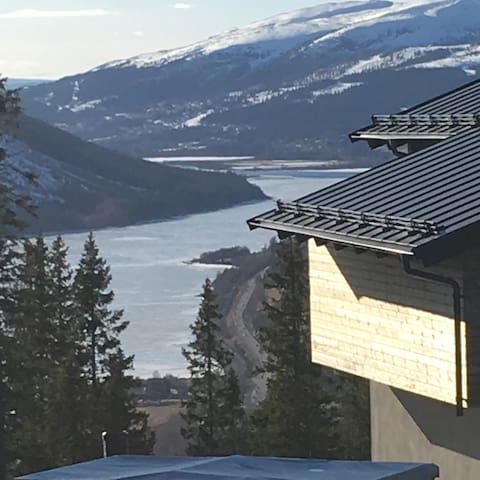 rymligt boende för 2 familjer, ski in och ski out.