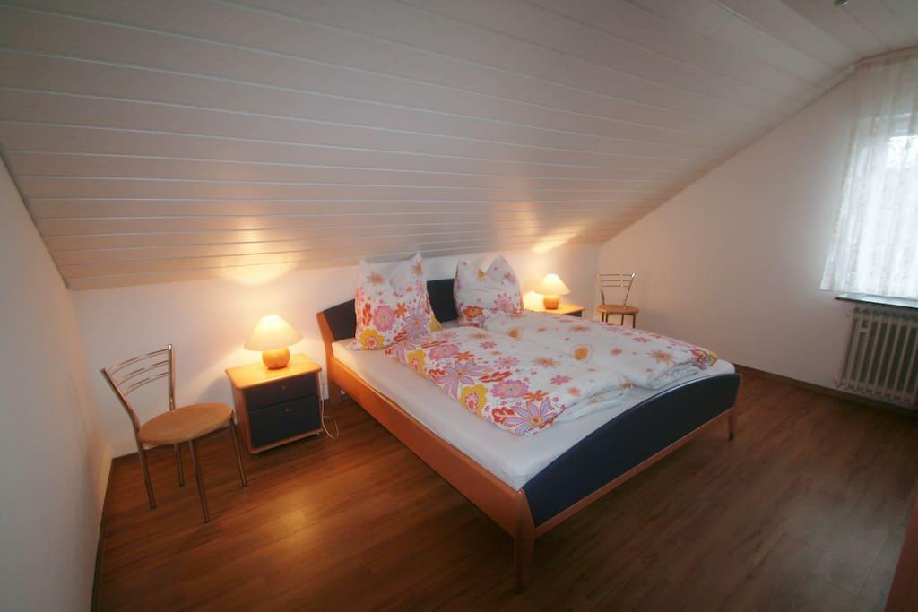 Schlafzimmer 1 mit Doppelbett. Kinderbett zustellbar