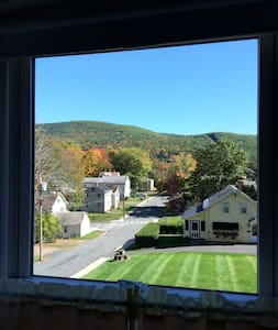 Light Filled Four Room Apartment in Duplex - Shelburne Falls - アパート