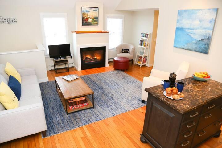 Modern, spacious condo-3 beds, 2.5 baths, parking!