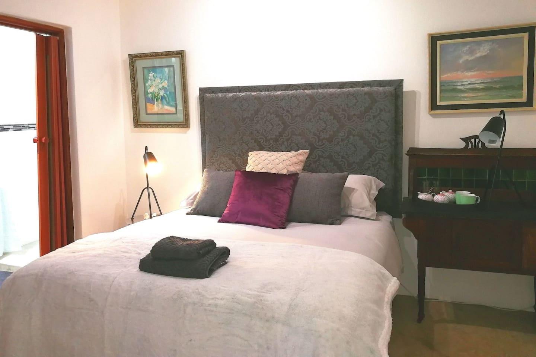 Comfortable queen bed. Bathroom-en-suite. Free Wi-Fi.