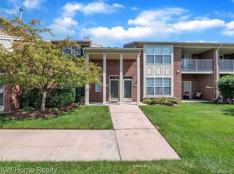 Chic 2 Bedroom Condo in Sterling Heights