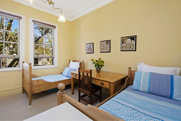Light and airy twin bedroom close to CBD - Glebe - Talo