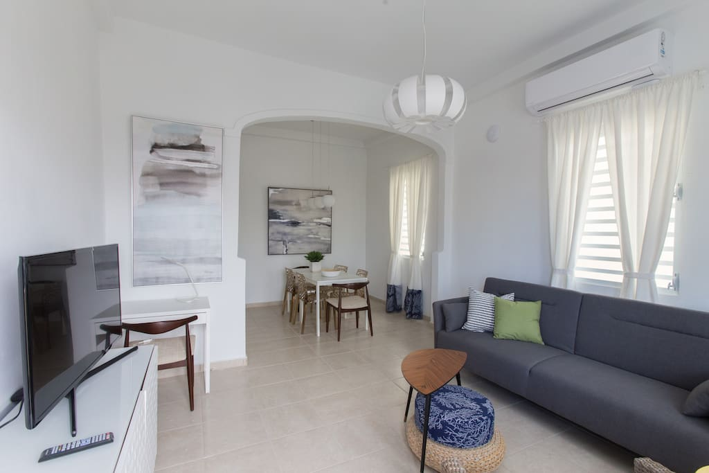Bright apartment, spacious living and dining room, ideal for sharing.