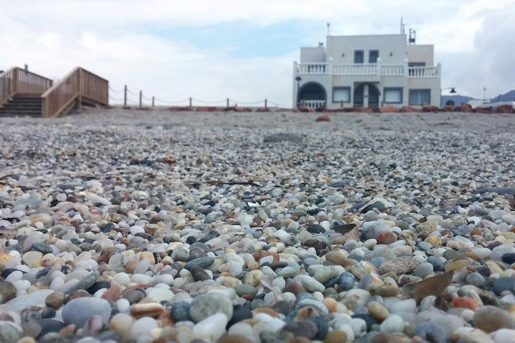 La casa vista des de la arena gruesa de la playa de la Almadraba