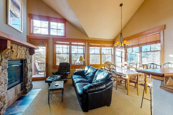 Multi-level, golf course front condo w/shared pool table & hot tub
