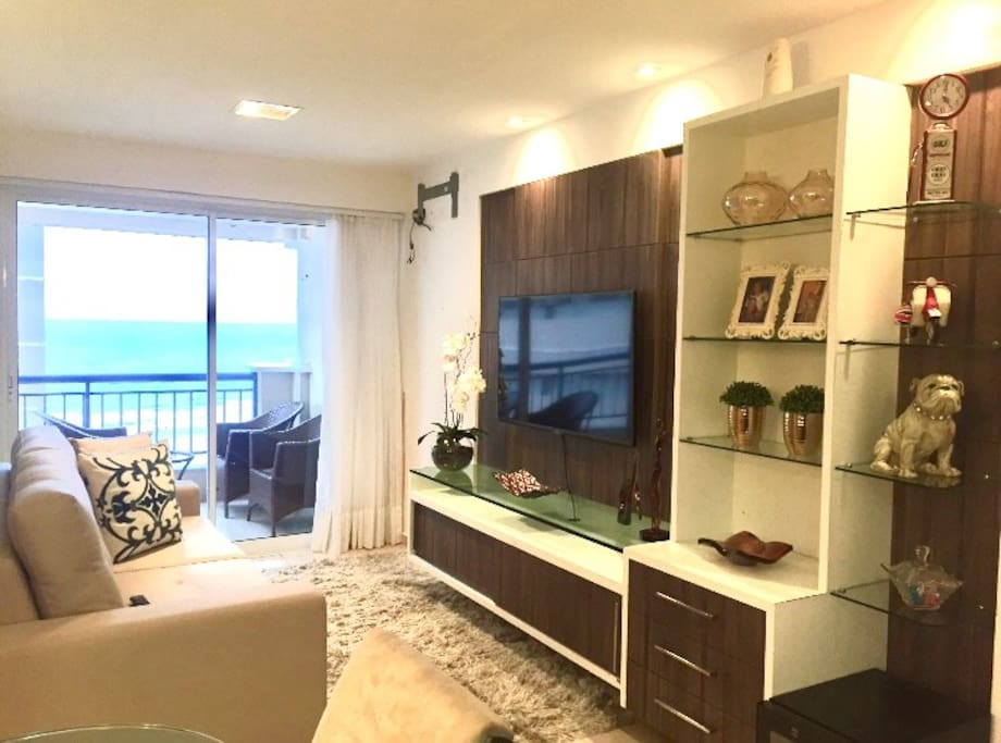 Sala de estar decorado com todo bom gosto led 50 polegadas