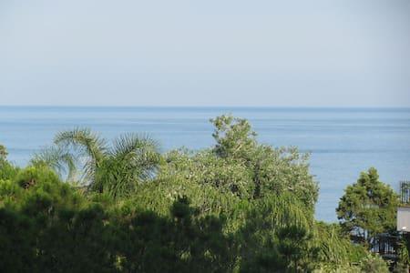 Panoramico meno di  100 mt dal mare con parcheggio