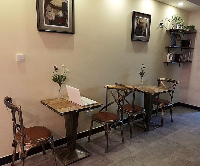 客厅休闲区域,供房客看书喝咖啡