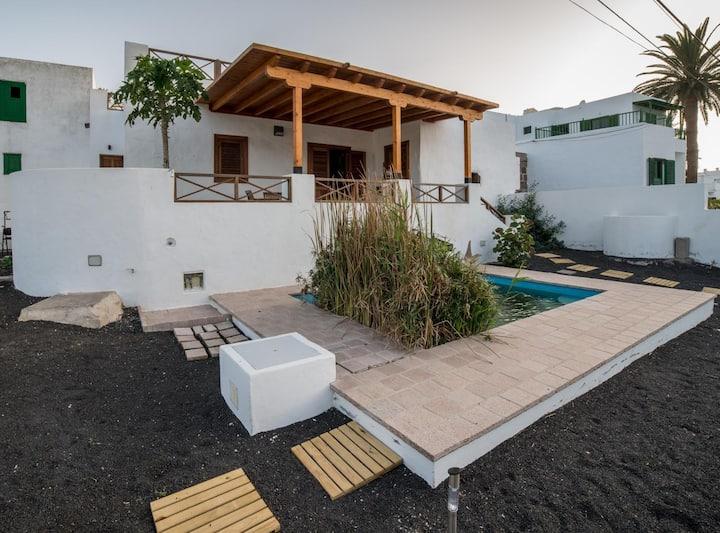 Lanzarote Villa historica con terraza y jardín by Lightbooking