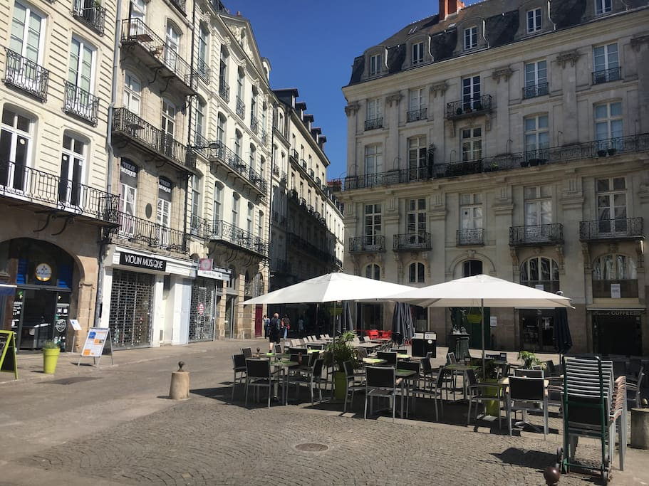 Au cœur de Nantes Place de la bourse en bas de l'immeuble .