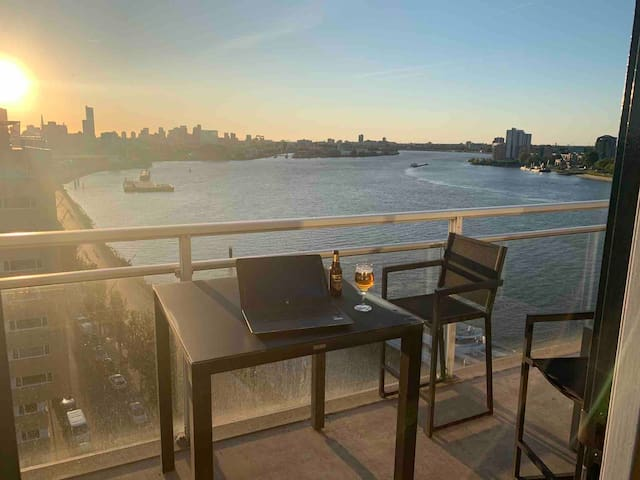 Luxury apartment- skyline & water view- whirlpool