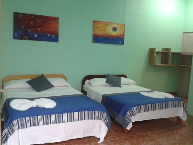 Quiet Room with A/C near park and beach - Quepos