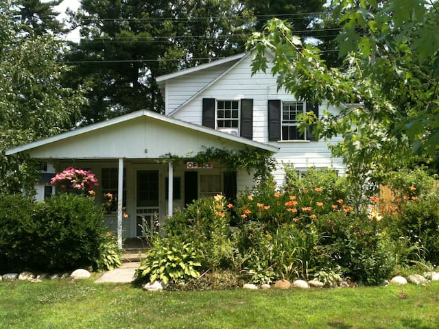 Hens & Chickens Cottage - best kept secret in LG - Lake George - Bungalo