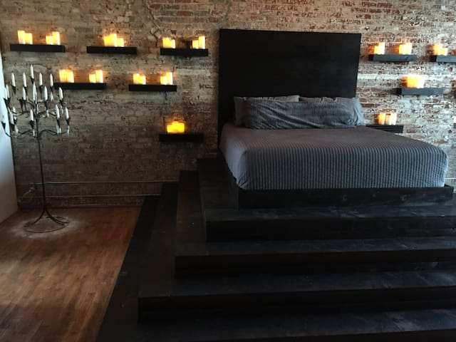 Master Bedroom w Cal King bed (the headboard is 9' up from the ground)