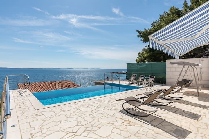 BAJNICE Apartment East side with heated pool