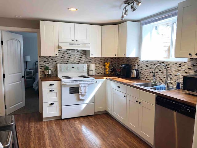 1bed Close to Everything Bright Open Concept Suite