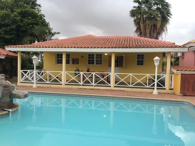 Mooie lichte bungalow aan zwembad op woonresort